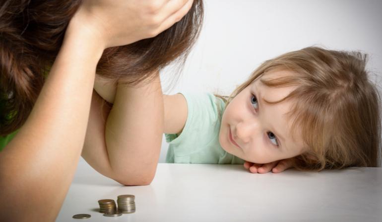 Traurige Frau mit Kind hat Geldprobleme