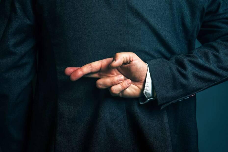 Geschäftsmann verschränkt Finger hinter seinem Rücken