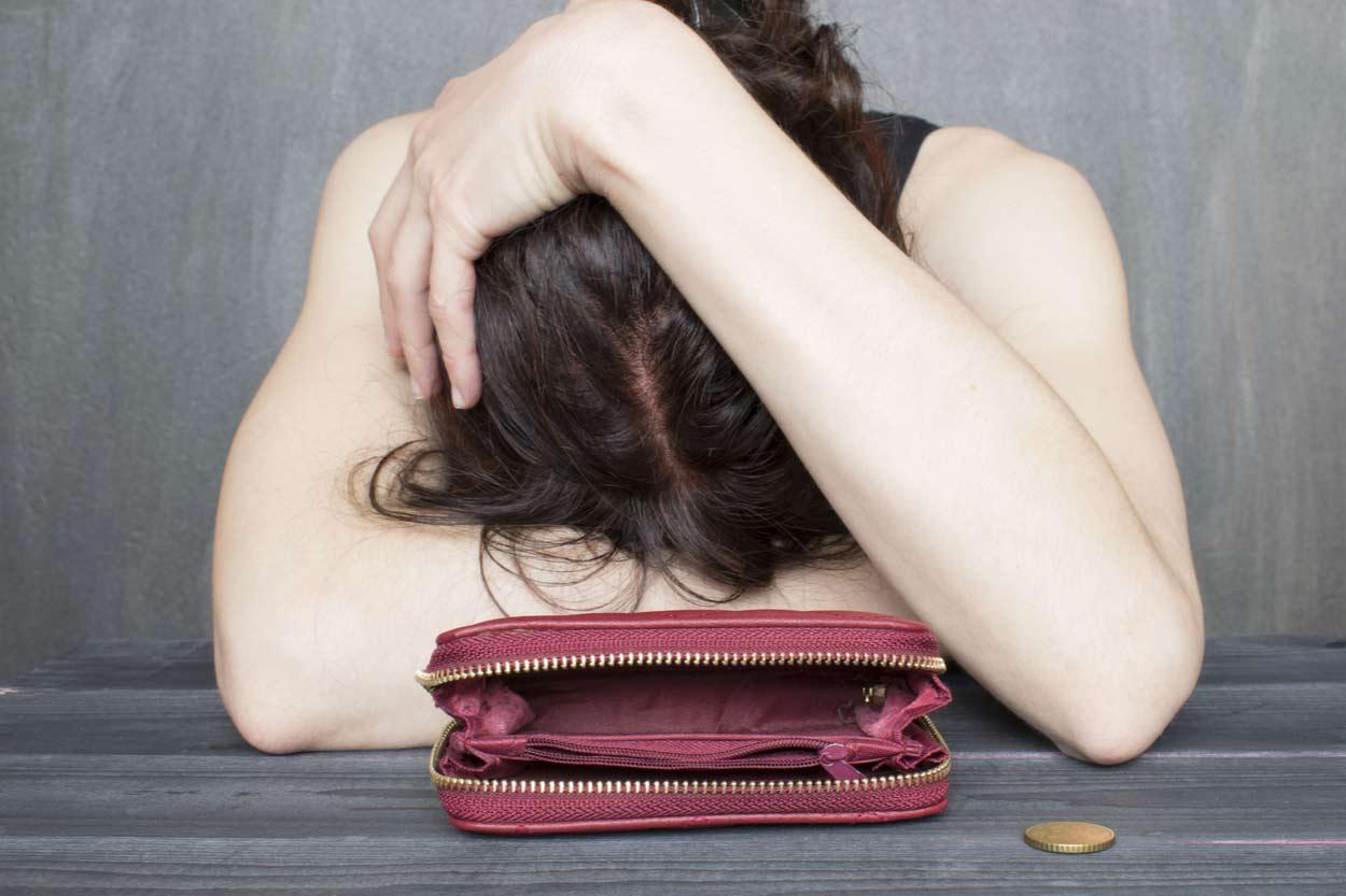 Frau hat kein Geld und ist traurig