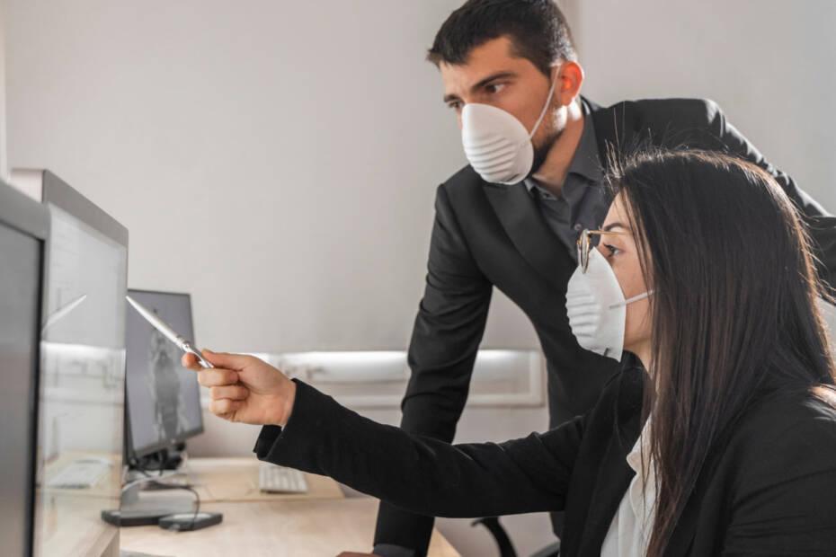 Jobcenter Mitarbeiter mit Mundschutz