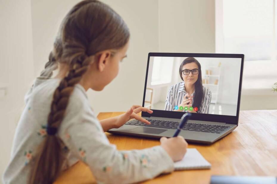 Mädchen sitzt am PC und erhält Online-Unterricht