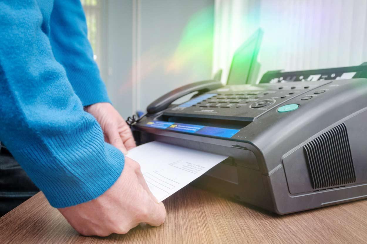 Mann erhält Fax