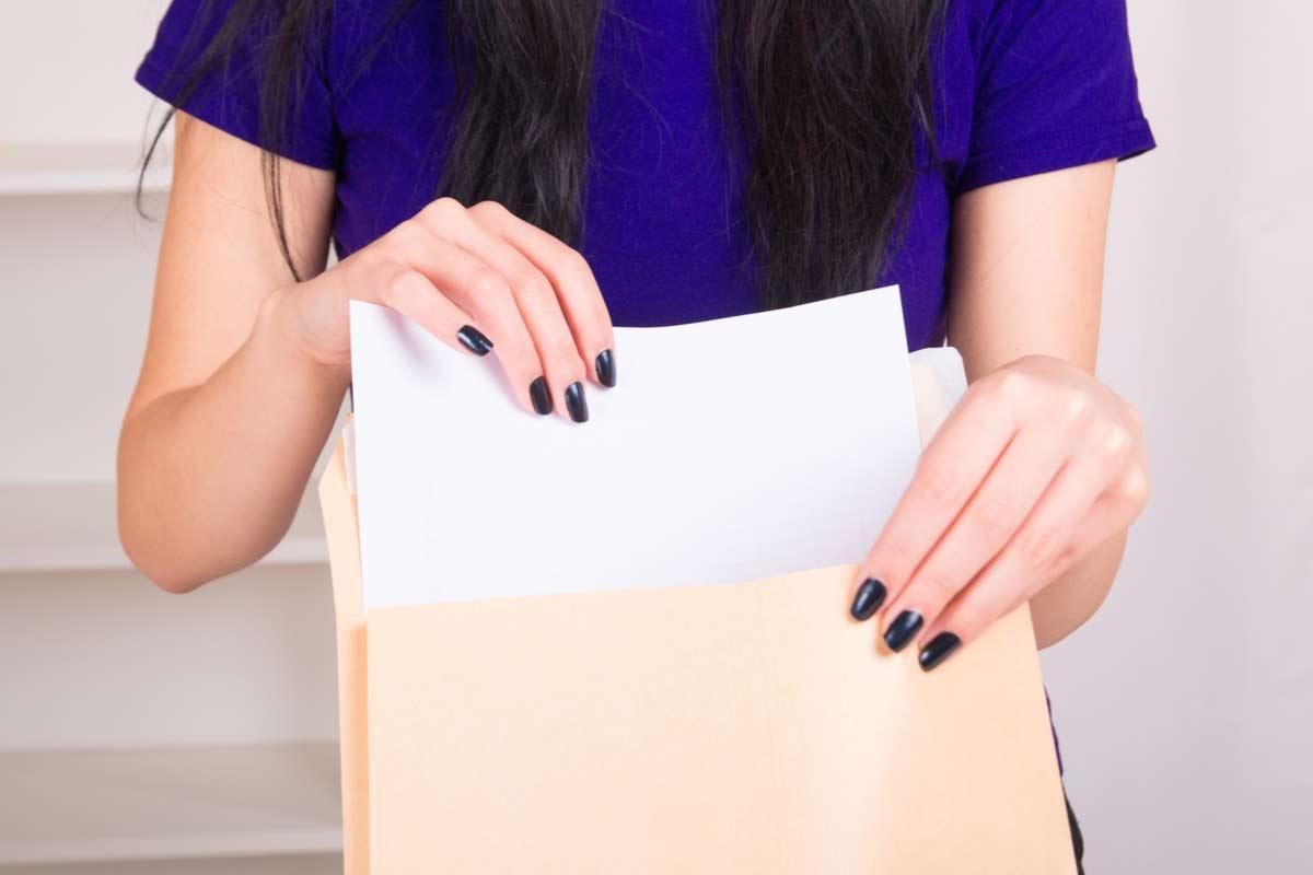 Frau verschickt Dokument