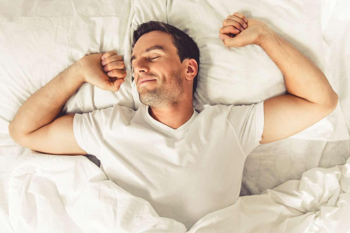 Mann schläft in Bett