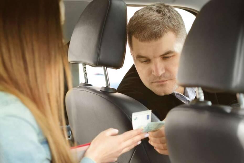 Taxifahrer erhält Trinkgeld