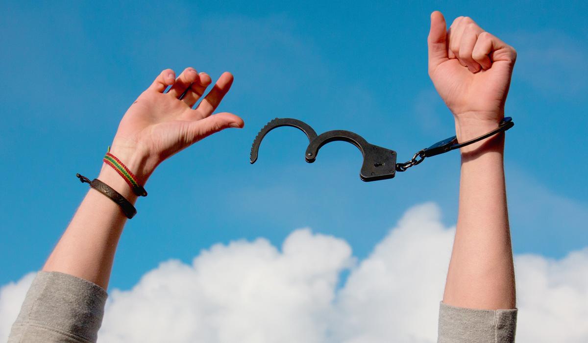 Von Handschellen befreien