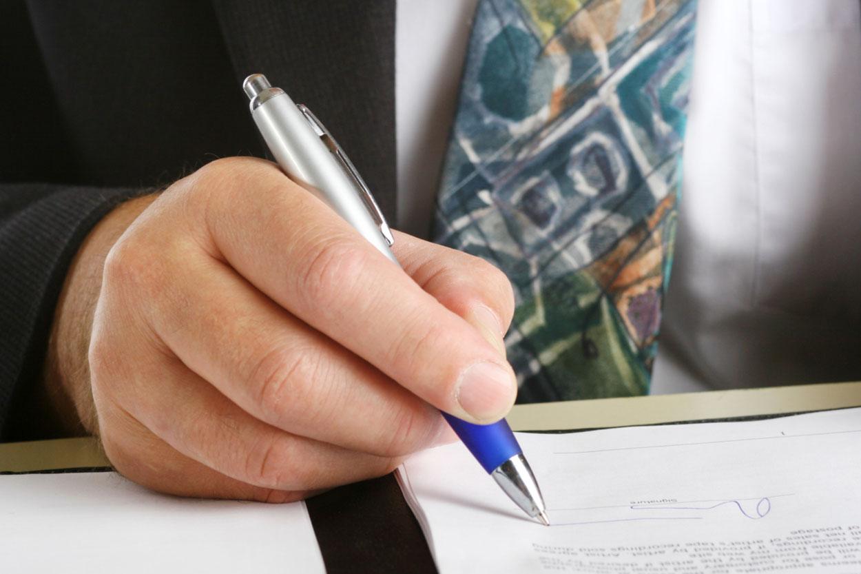 Mann unterschreibt Restschuldversicherung