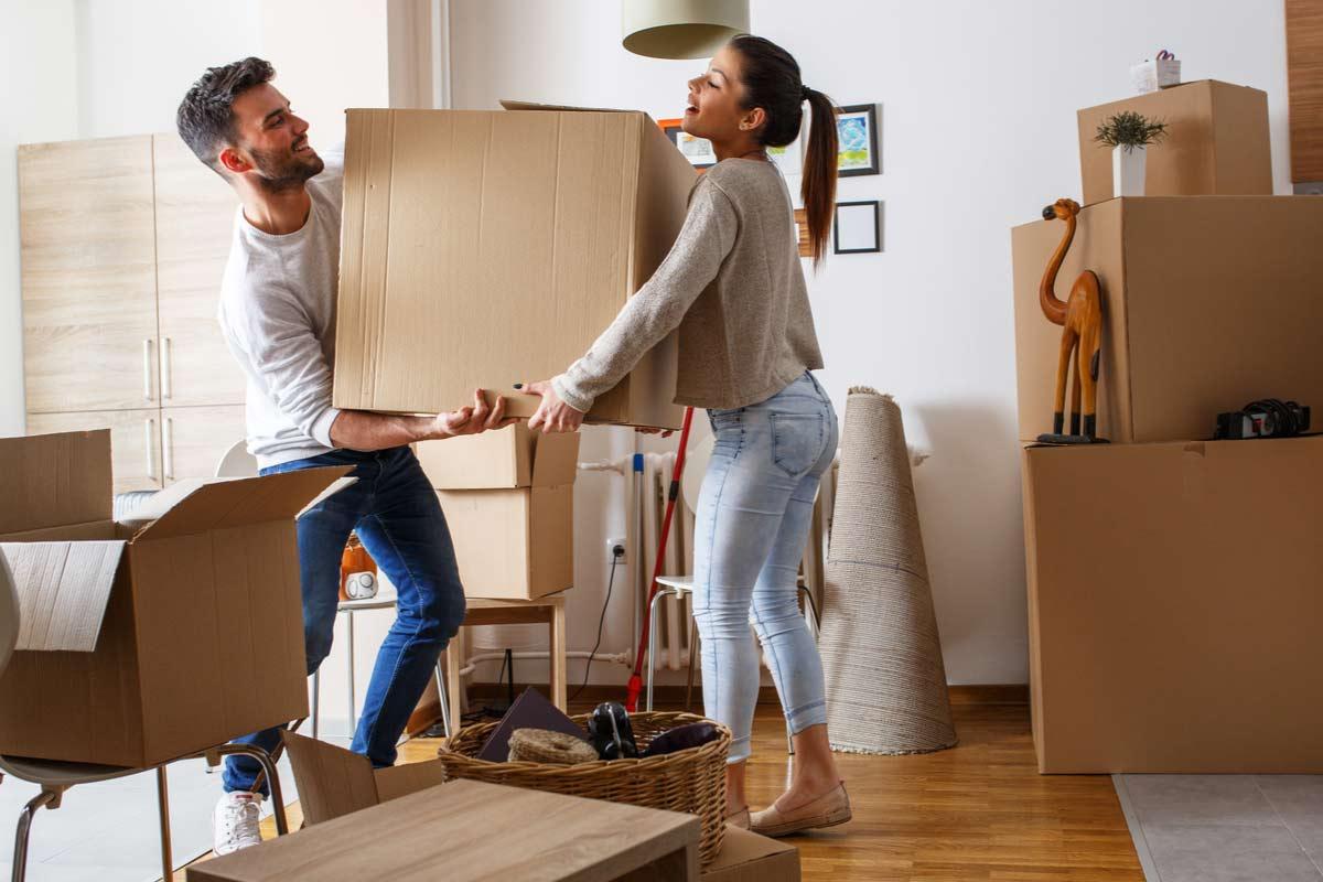 Paar zieht in eine Wohnung ein