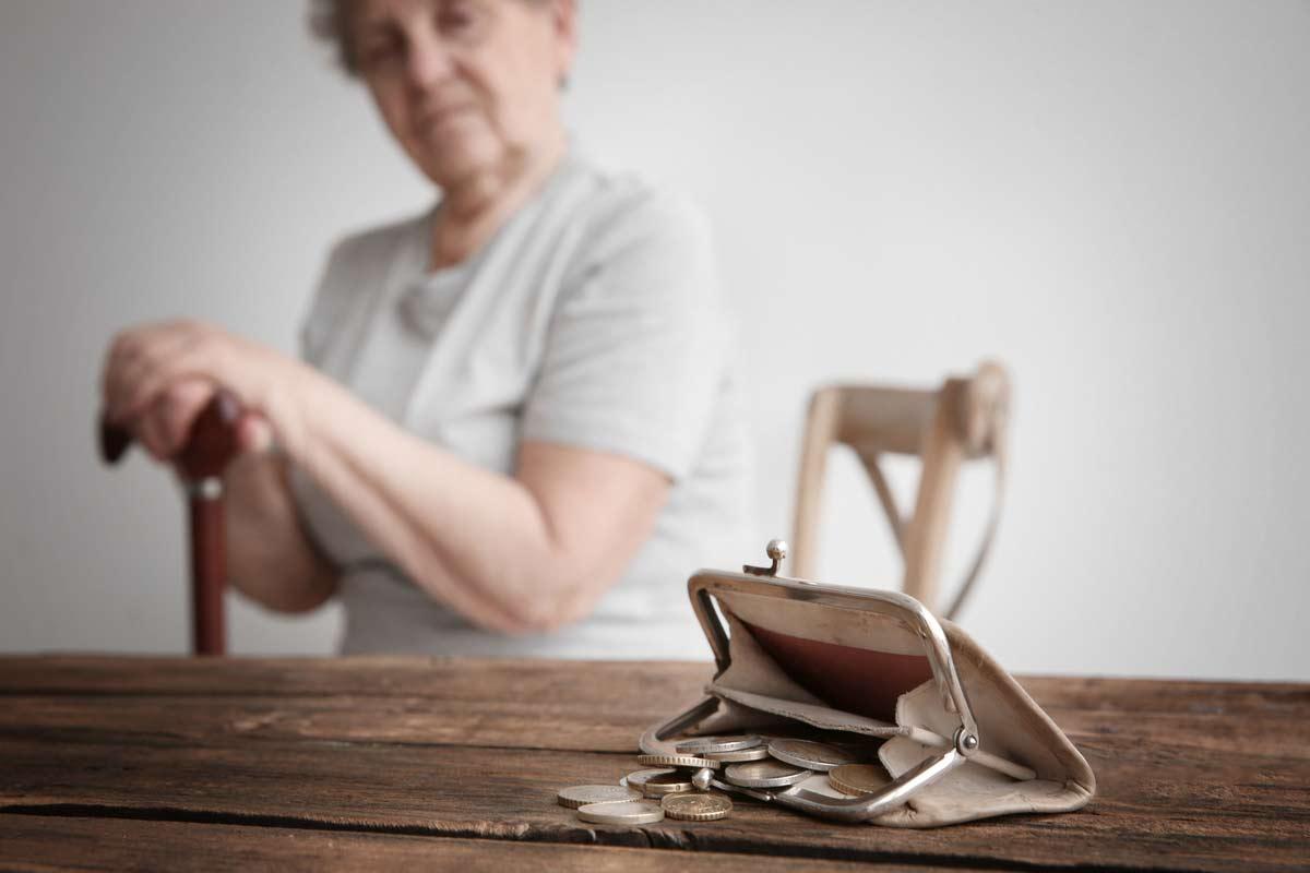Ältere Frau hat kein Geld
