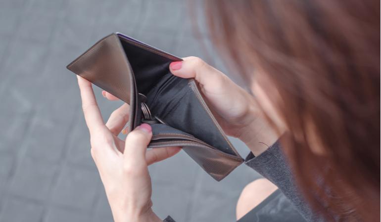 Frau mit leerem Geldbeutel