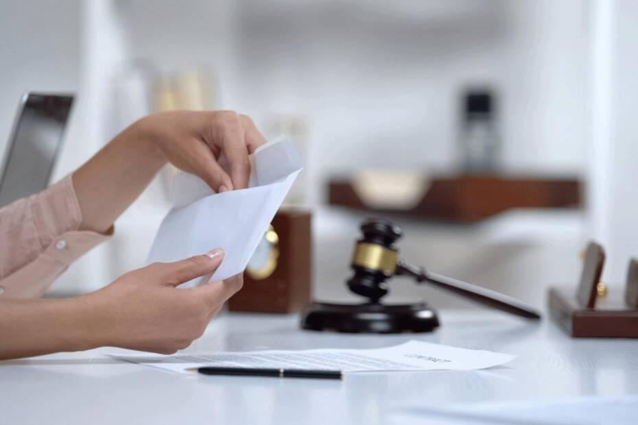 Frau Hände öffnen Briefumschlag Richterhammer