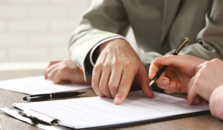 Menschen unterschreiben Dokument