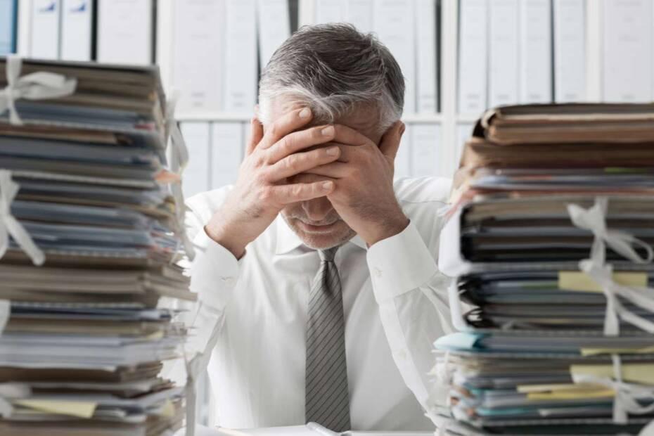 Mann verzweifelt über Dokumenten