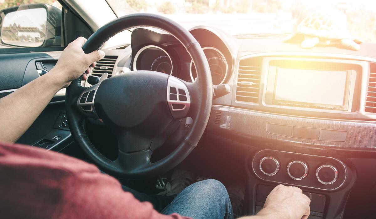 Mensch am Steuer im Auto