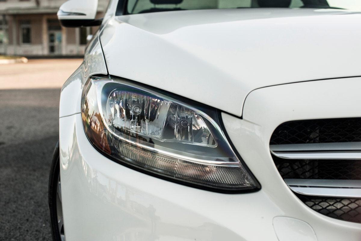 Front eines weißen Autos