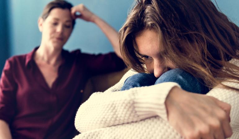 Trauriges junges Mädchen und ihre Mutter