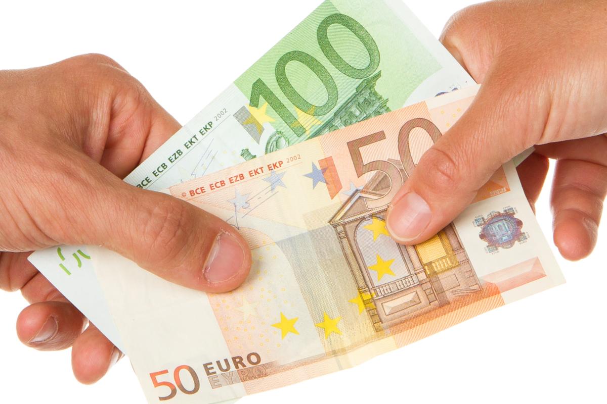 Mann gibt Frau 150 Euro