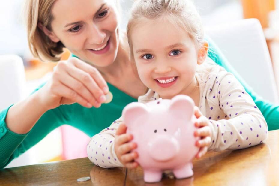 Mutter und Tochter mit Sparschwein