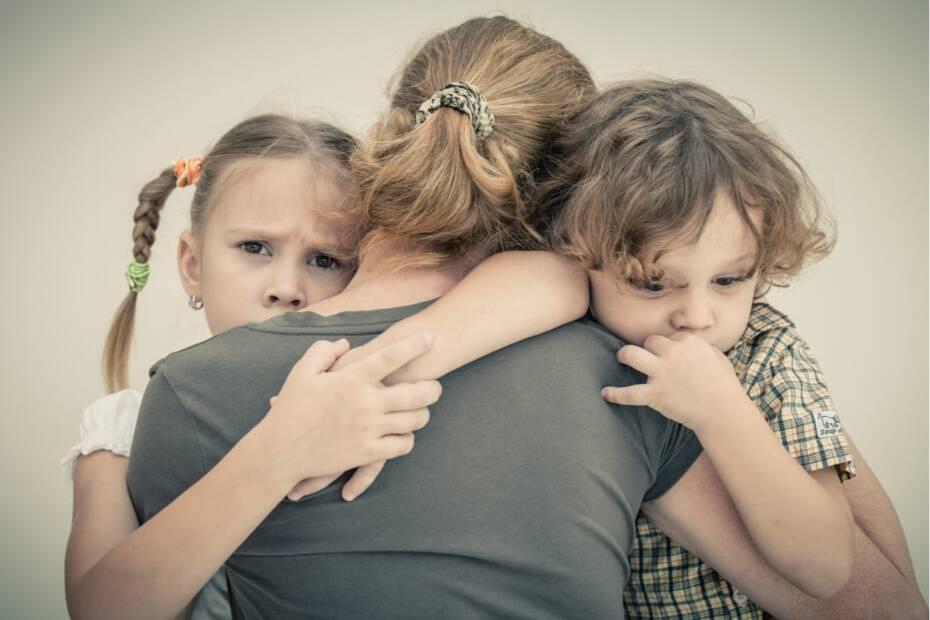 Mutter mit zwei traurigen Kindern