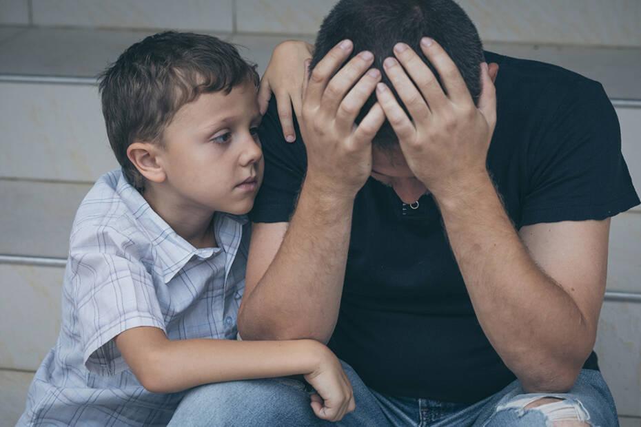 Vater traurig Sohn Kindergeld weg Hartz 4