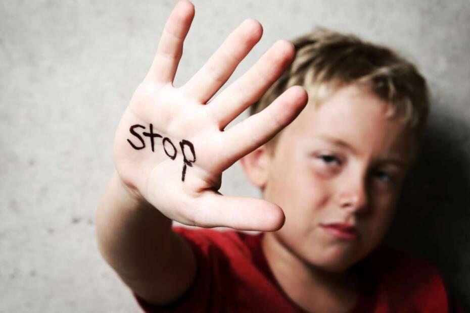 """Kindmit """"Stop"""" auf der Hand"""