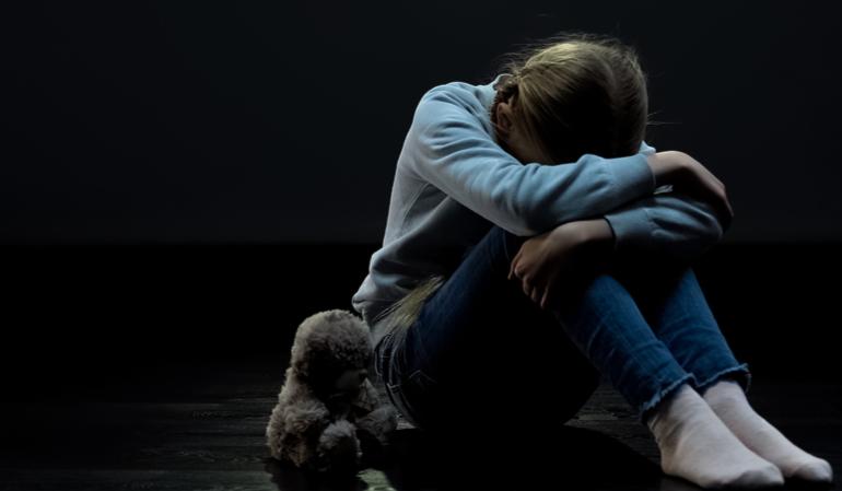 Ein kleines Mädchen sitzt nach einer Stromsperre im Dunkeln