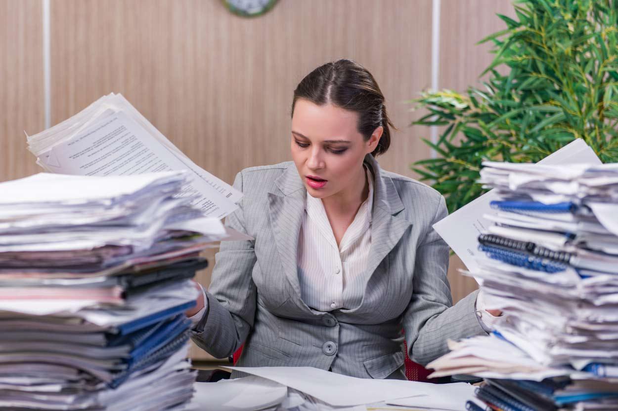 Jobcenter Mitarbeiterin inmitten von Anträgen