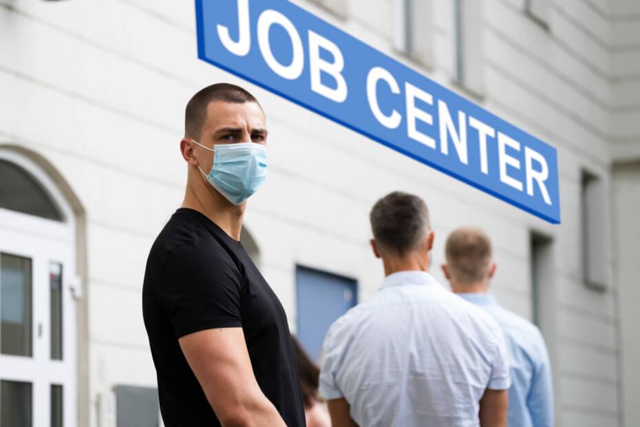 Arbeitslose stehen vor dem Jobcenter
