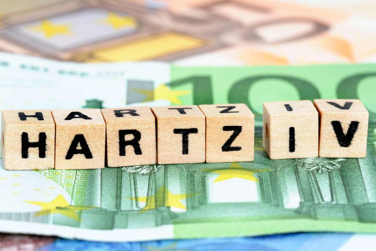 Hundert-Euro-Schein und Hartz IV Blöcke