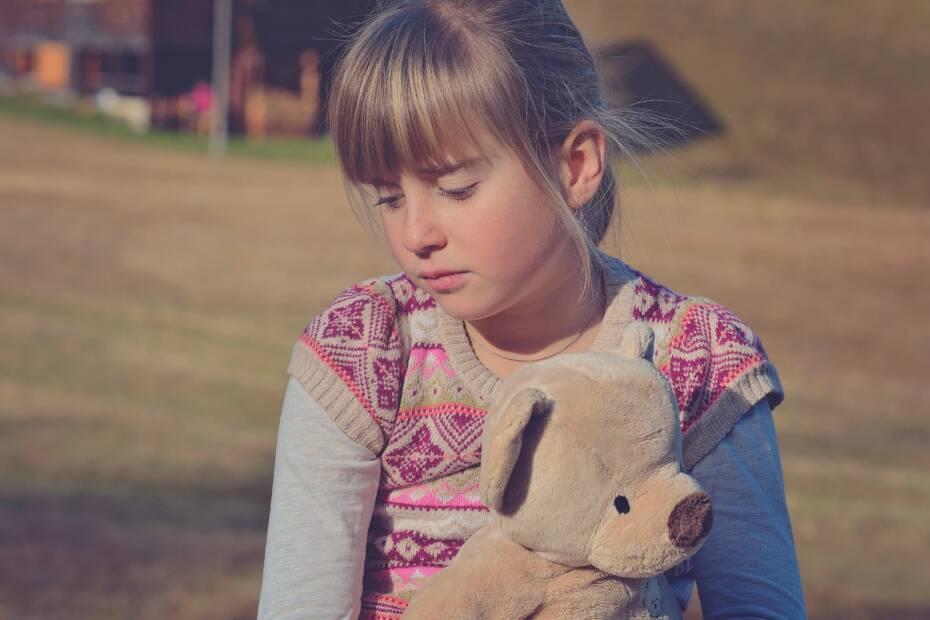 Trauriges Mädchen mit Teddybär