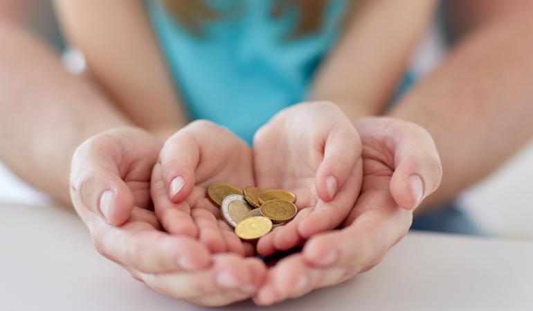 Kind und Mutter halten Geld in der Hand