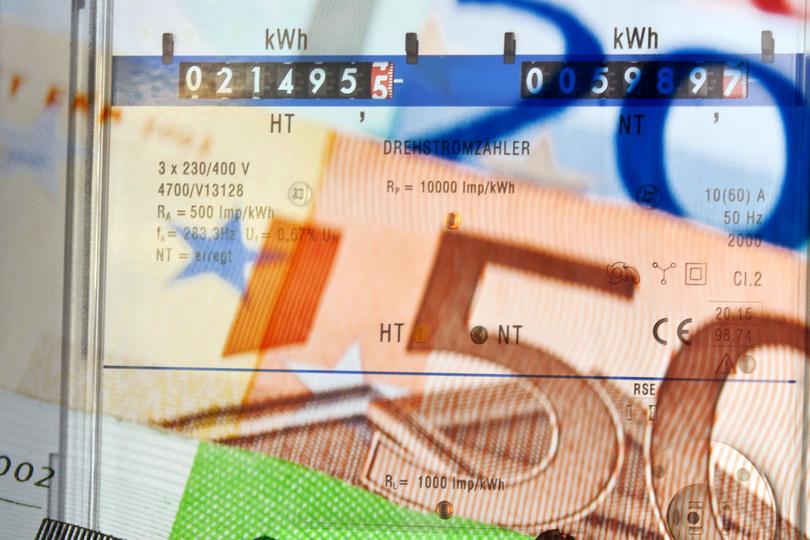 Geldscheine vor Stromzähler