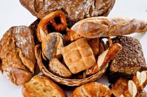 Korb mit Getreideprodukten Brot Brötchen