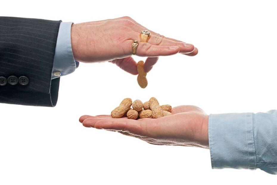 Chef gibt Angestellten Peanuts