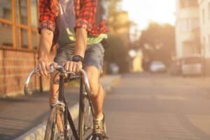 Mann fährt Fahrrad in der Stadt