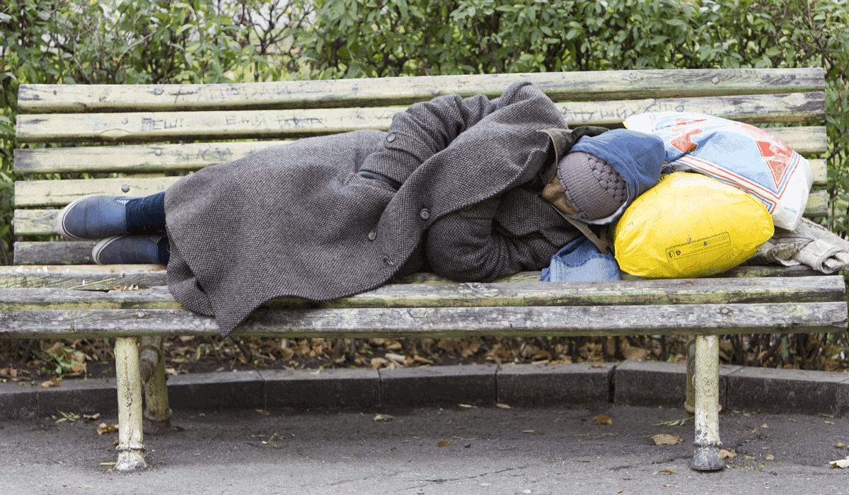 Obdachloser Mann auf Parkbank