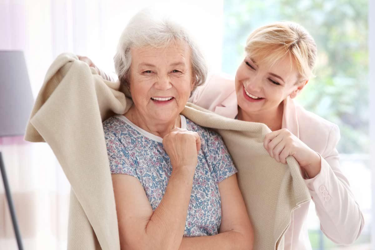 Tochter kümmert sich um ältere Mutter