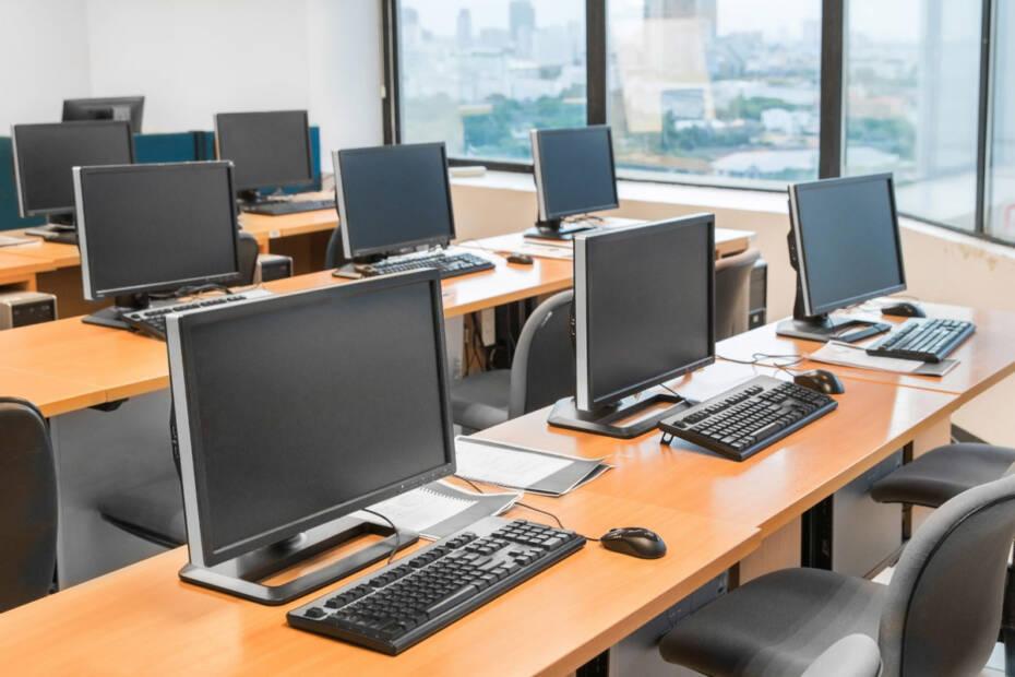 leeres Klassenzimmer mit Computern auf den Schreibtischen