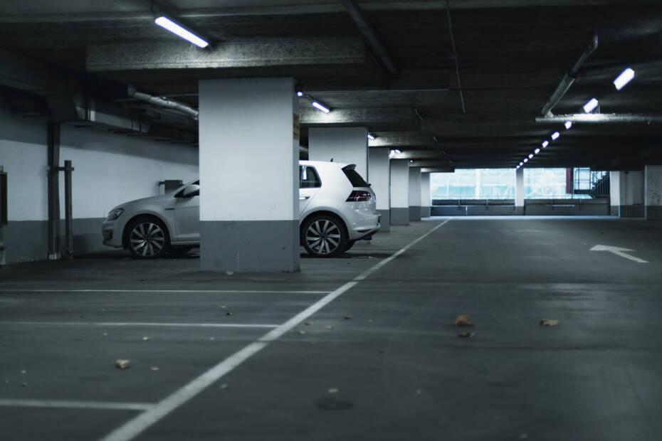 weißes Auto steht in Tiefgarage