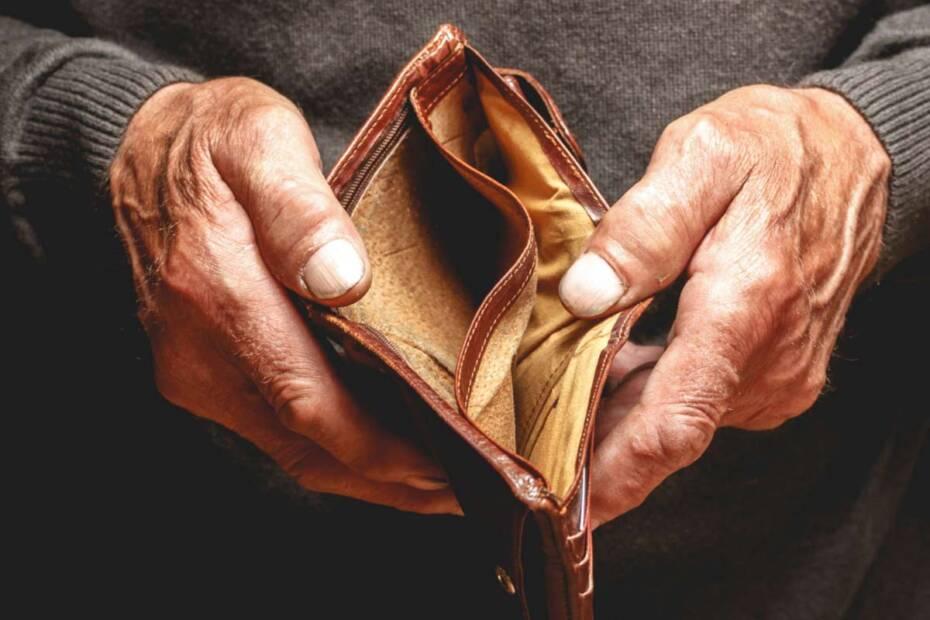 Hände halten leeres Portemonnaie