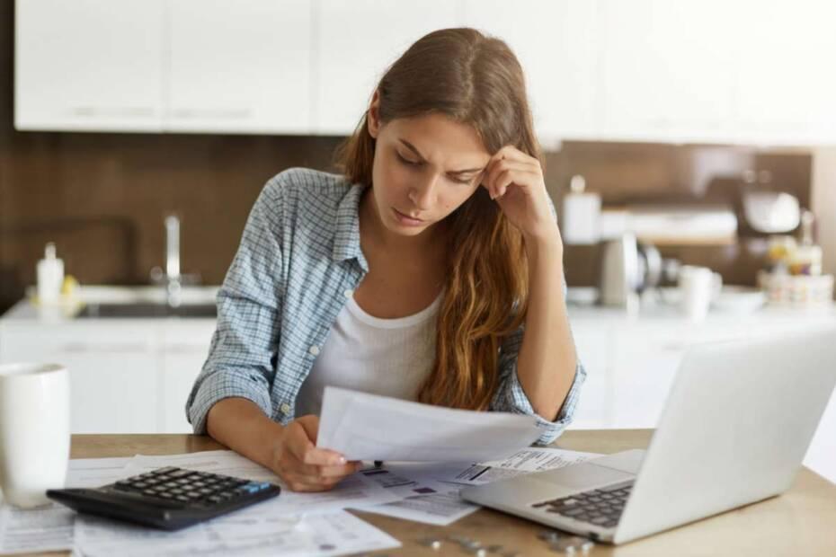 Hausfrau liest ihre Rechnungen