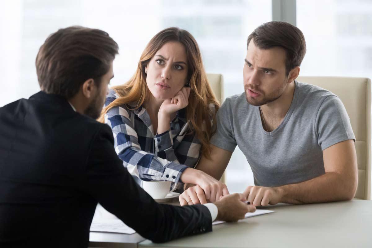 Paar redet mit Anwalt