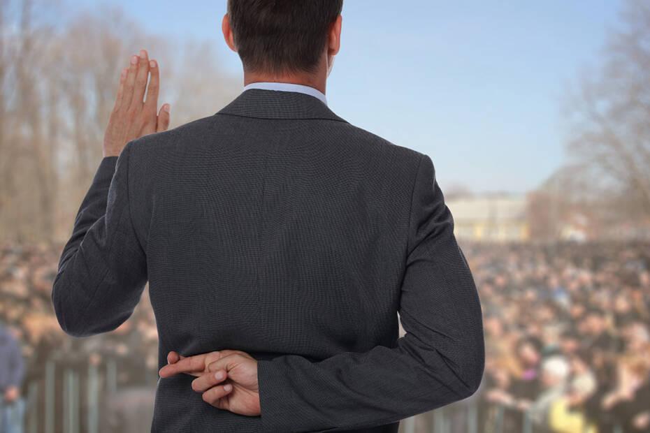 Politiker mit verschränkten Fingern hinterm Rücken