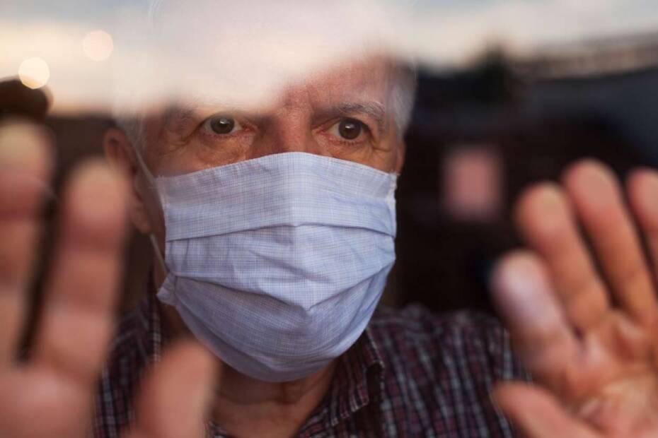 Alter Mann mit Atemschutzmaske