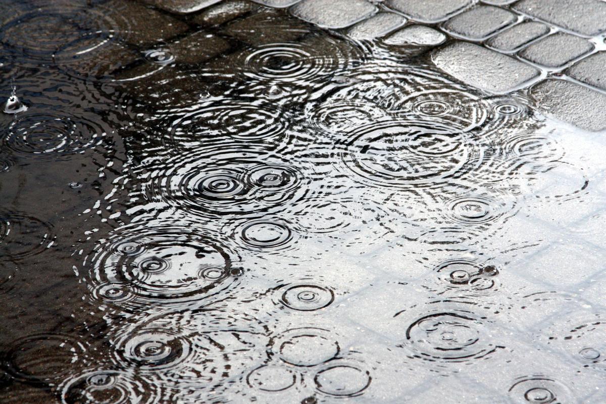 Regenschauer auf Pflastersteinen
