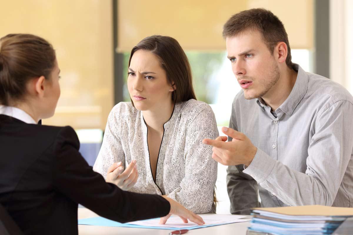 Paar sitzt wütend beim Jobcenter