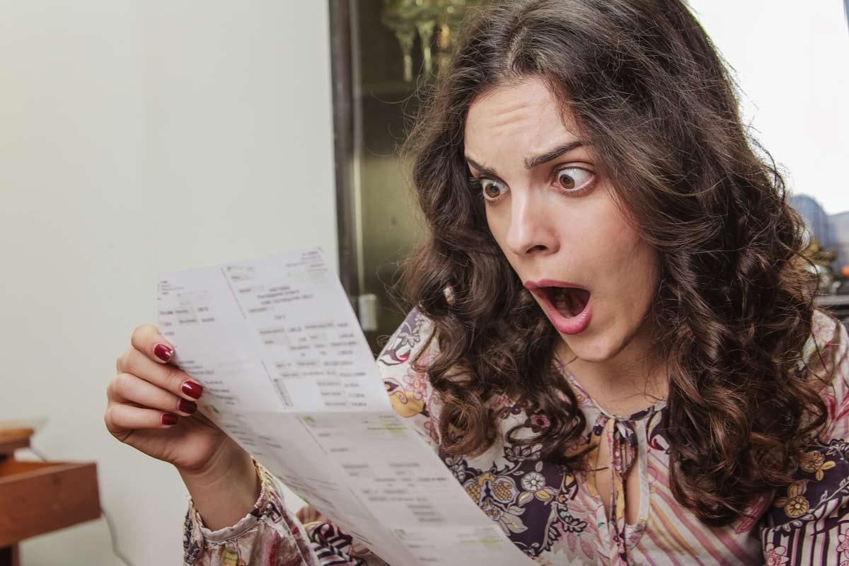 Frau schockiert über Stromrechnung