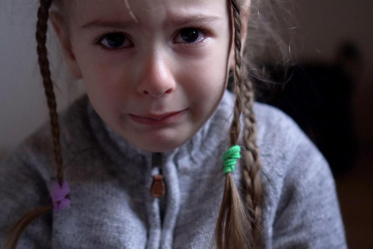 trauriges Mädchen weint