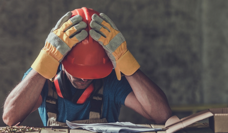 Trauriger Bauarbeiter