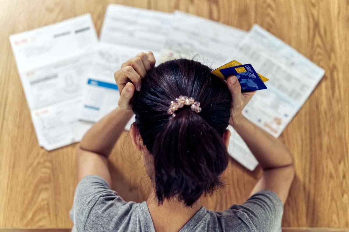 Frau verzweifelt über Stromrechnungen